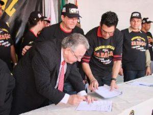 O presidente do Sindicato do Comércio Varejista, Jurandir Paes, assina a pauta de reivindicações/Raquel Duarte