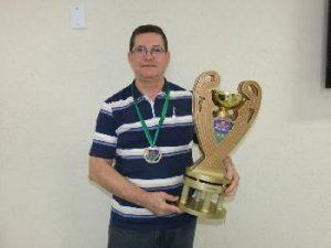 Presidente Neto com o troféu da equipe campeã