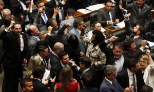 Parlamentares de oposição comemoram divulgação de denúncia contra o presidente Michel Temer – Givaldo Barbosa / Agência O Globo